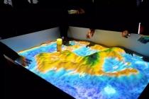 投影沙盘模型高大上,黑暗环境展示是硬伤